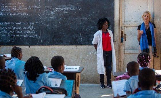Coordenadora residente da ONU em Moçambique, Myrta Kaulard, visita uma escola na Beira