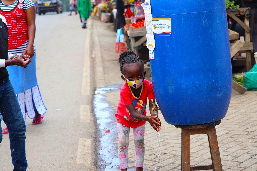 إجراءات الوقاية من مرض كوفيد-19 في أحد المخيمات غير الرسمية في نيروبي بكينيا.
