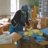 Des équipements de protection individuelle sont distribués aux agents de santé en Afghanistan durant l'épidémie de Covid-19.