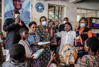 المديرة التنفيذية لصندوق الأمم المتحدة للسكان، الدكتورة ناتاليا كانيم، تزور مستشفى في جمهورية الكونغو الديمقراطية.