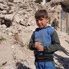 أطفال ينتظرون توزيع الطعام عليهم خلال أزمة كوفيد-19 في حلب بسوريا.