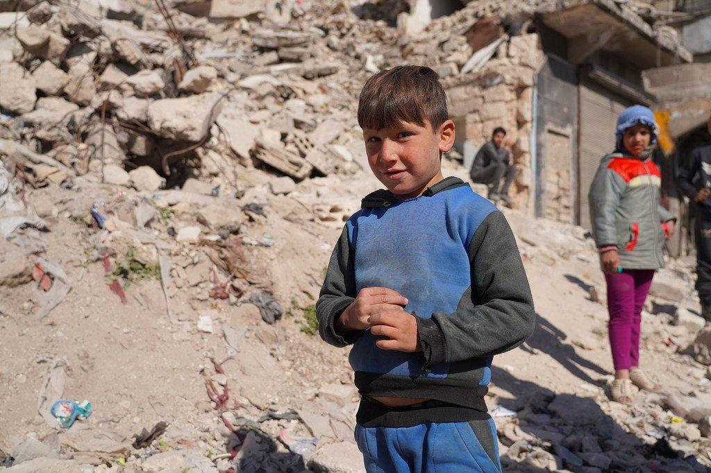 Des enfants attendent une distribution de nourriture à Alep, en Syrie.
