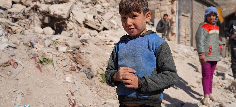 सीरिया के अलेप्पो में भोजन वितरण का इन्तज़ार कर रहे कुछ बच्चे.