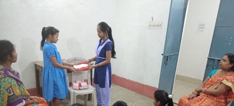 साथी शिक्षक मोनालिशा, माहवारी के बारे में जागरूकता फैलाने का कार्य कर रही हैं.