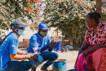 متطوعون شباب مع الأمم المتحدة في زامبيا يقدون المعلومات بشأن فيروس كورونا كجزء من إذكاء التوعية المجتمعية.