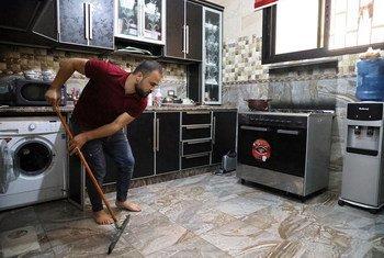 اللاجئ الفلسطيني محمود شراري يعيش في مخيم الرشيدية في لبنان.