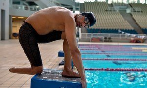 出生于叙利亚的难民残奥会队员易卜拉欣·阿尔·侯赛因在这个饱受战争蹂躏的国家失去了一条腿,通过土耳其逃到希腊,他将参加残奥会的游泳比赛。