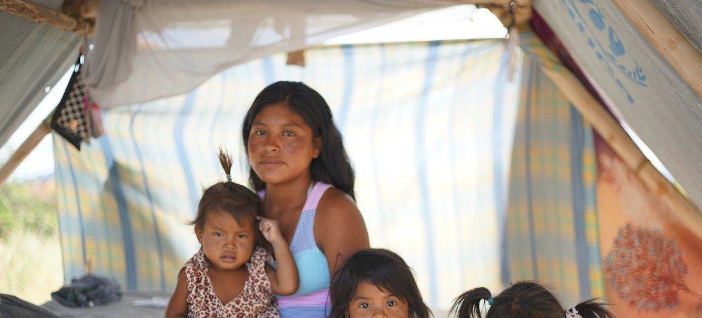 Magdalena com sua família na comunidade indígena de Tarauparu, no Brasil.Peritos pediram as autoridades que disseminem informação correta, de confiança e rápida em linguagem acessível