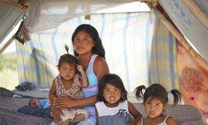 Magdalena com sua família em comunidade indígena.