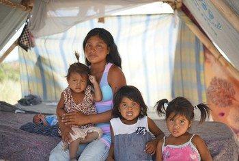 Magdalena et sa famille dans la communauté autochtone de Taraupar au Brésil.
