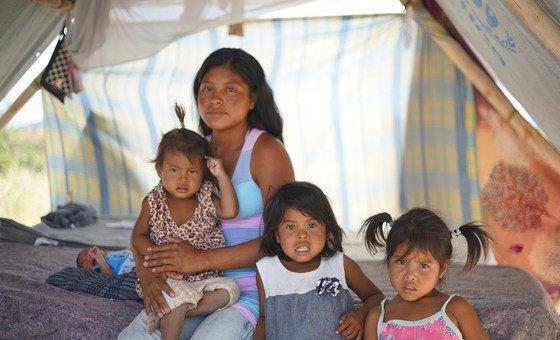Magdalena com sua família na comunidade indígena de Tarauparu, no Brasil.