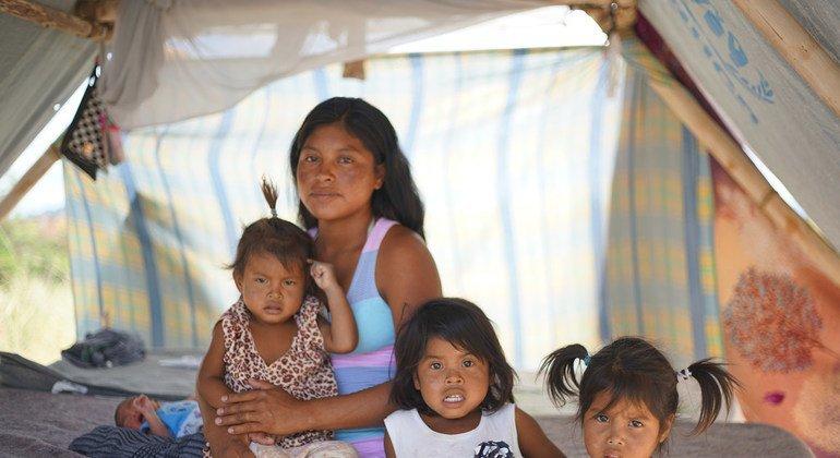 Magdalena com sua família na comunidade indígena de Tarauparu. Os vídeos mostram o trabalho realizado com sete etnias indígenas