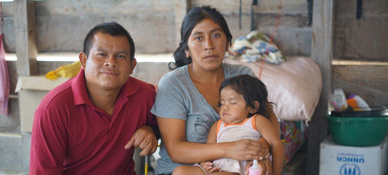 Annabel com sua família na comunidade indígena de Tarauparu, no Brasil.