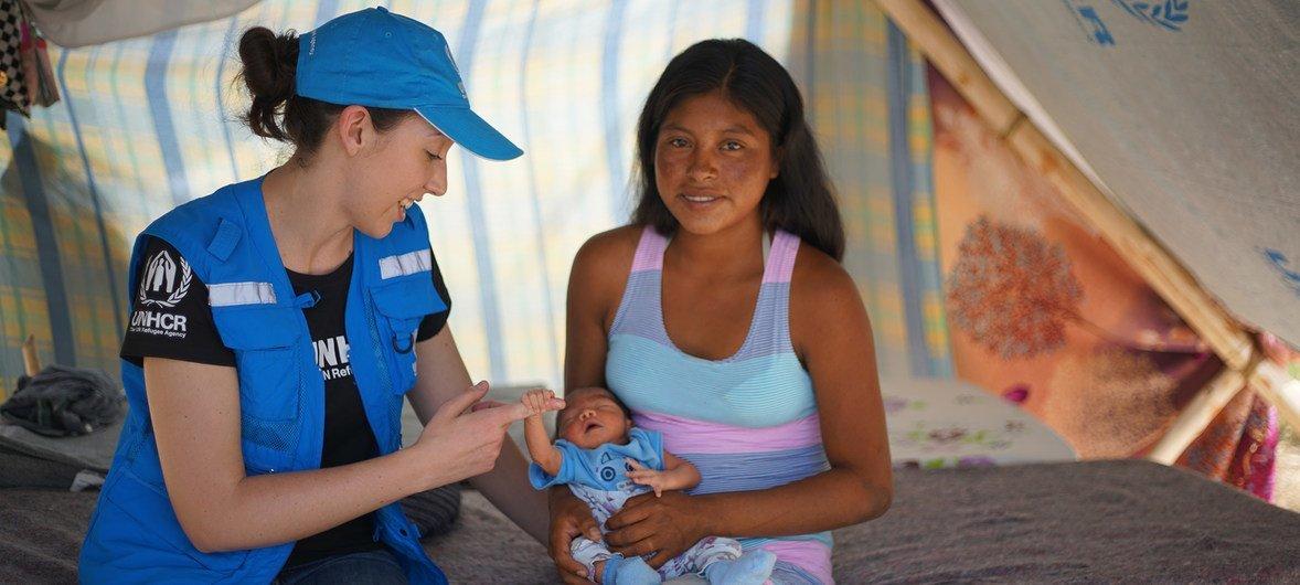 No Brasil, a funcionária do Acnur, Carlotta Wolf, com Magdalena e o bebê Neymar na comunidade indígena de Tarauparu.