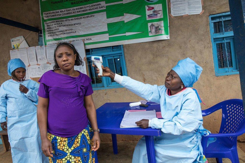 Une patiente dans un centre de santé à Butembo, dans l'est de la RDC, se fait prendre la température dans le cadre des efforts pour éviter la propagation d'Ebola.