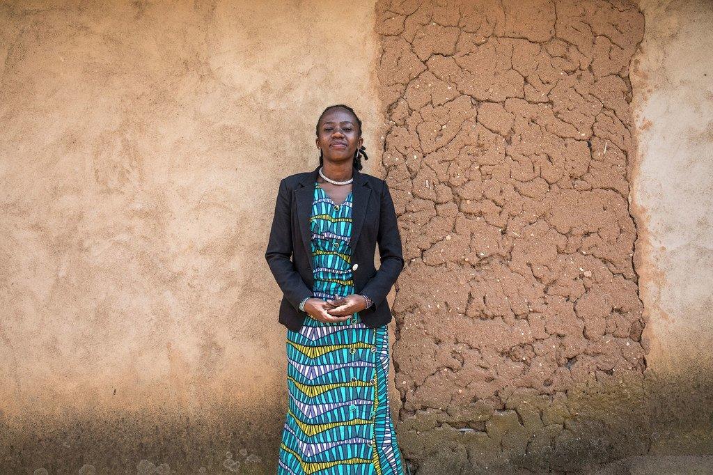 Huguette Vithya, survivante d'Ebola, joue un rôle crucial pour sensibiliser la population locale et stopper la propagation de la maladie.