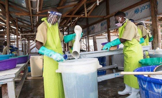 Funcionários de saúde em centro de tratamento do ebola em Katwa, na RD Congo