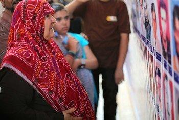 قريبة أحد السجناء تبكي في لحظة تعرفها على صورته في حفل لإحياء ذكرى مذبحة عام 1996 التي قتل فيها حوالي 1200 سجين برصاص حراسهم.