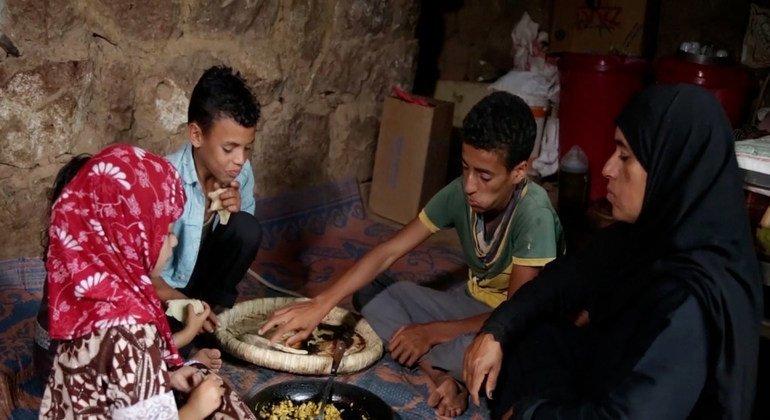 تربي شعلة عبده أطفالها الثمانية بمفردها وتكافح من أجل إطعامهم.
