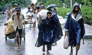 Retornados chegam a pé na área de Maliana, no Timor Leste, entre outubro e novembro de 1999.