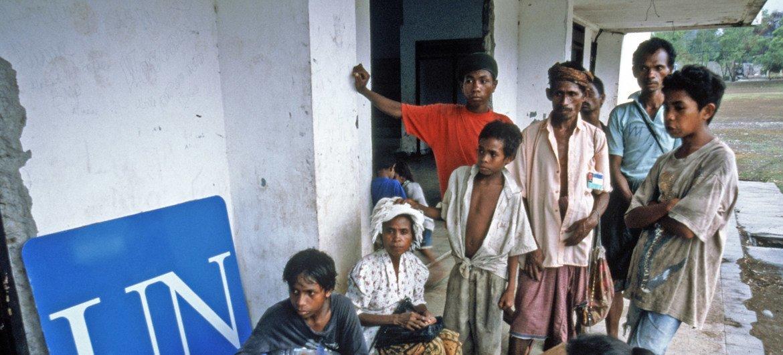 Esses repatriados chegaram através da fronteira a pé. Muitos retornam exaustos e desidratados depois de passar semanas em campos improvisados. [Timor Ocidental - Fronteira Timor Leste, outubro-novembro de 1999]