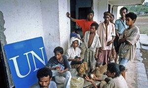 Esses repatriados chegaram através da fronteira a pé. Muitos retornam exaustos e desidratados depois de passar semanas em campos improvisados. Fronteira Timor Leste, novembro de 1999.