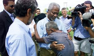 """O secretário-geral Kofi Annan visitou Liquica, no Timor-Leste, uma cidade que foi chamada de """"campo de extermínio"""", após uma onda de assassinatos, estupros e destruição pelas milícias. No lado direito, está o líder da independência Xanana Gusmão e atrás o administrador de transição da ONU, Sergio Vieira De Mello"""
