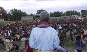 Após cerimônia em memória das vítimas de um massacre em uma igreja da vila, o secretário-geral Kofi Annan dirigiu-se ao povo de Liquica.