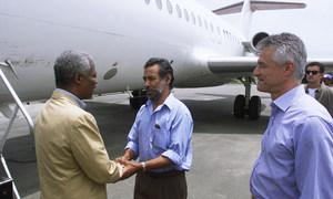 O secretário-geral Kofi Annan que chega em Dili, Timor-Leste, é recebido pelo líder da independência Xanana Gusmão. À direita está o administrador de transição da ONU, Sergio Vieira de Mello. 17 de fevereiro de 2000