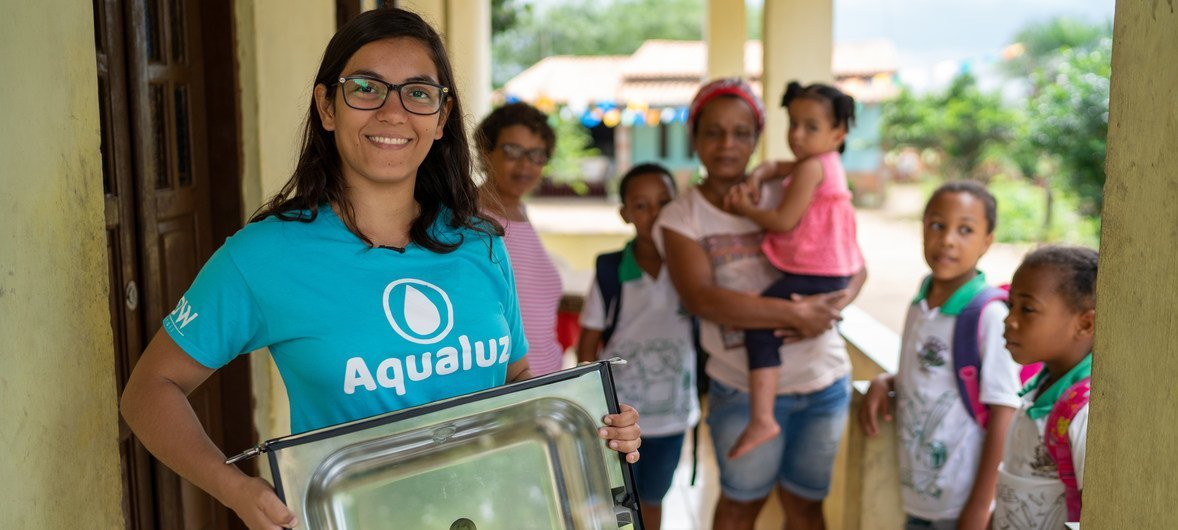 A solução que a brasileira Anna Luísa criou fornece água potável para comunidades usando energia solar.