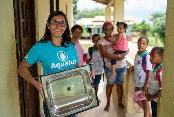 A solução que Anna Luísa criou fornece água potável para comunidades usando energia solar.