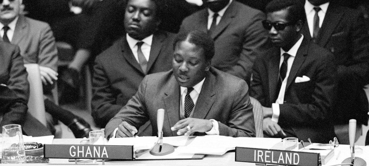 Alex Quaison-Sackey, Représentant permanent du Ghana à l'ONU, s'exprime au Conseil de sécurité. M. Quaison-Sackey fut le 19e Président de l'Assemblée générale des Nations Unies