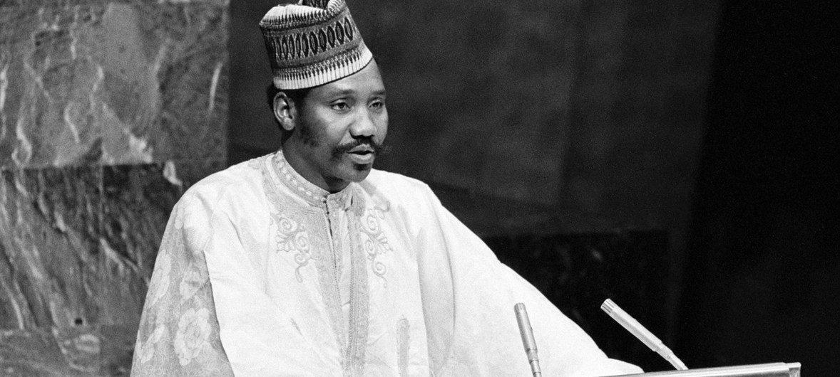 Joseph N. Garba, alors ministre des affaires extérieures du Nigéria, s'exprime devant l'Assemblée général des Nations Unies. Il fut élu Président de la 44e session de l'Assemblée général des Nations Unies.