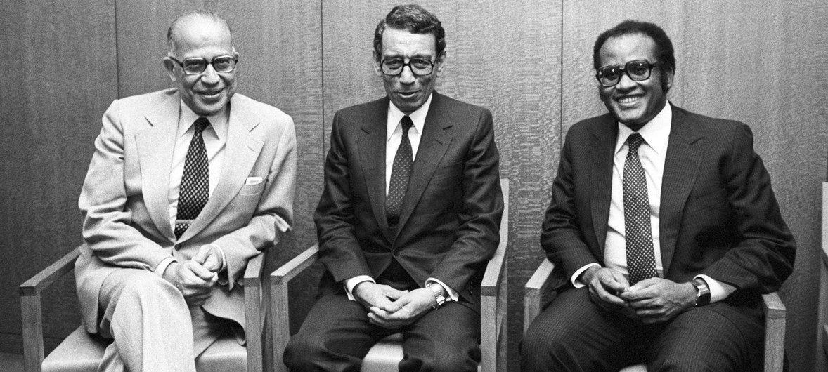 Le président de la 34e Assemblée générale des Nations Unies, Salim A. Salim (à droite) de la Tanzanie avec le ministre des affaires étrangères de l'Égypte, Boutros Ghali (au centre), au siège de l'ONU.