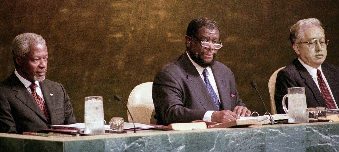 Theo-Ben Gurirab, de la Namibie, (centre) a été élu Président de la 54e session de l'Assemblée générale le 14 septembre 1999