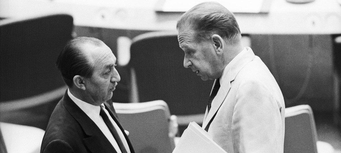Mongi Slim, Ambassadeur de la Tunisie aux Nations Unies s'entretient avec Dag Hammarskjöld alors Secrétaire général de l'ONU. M. Slim fut le premier Africain à avoir été élu Président de l'Assemblée générale des Nations Unies en 1961