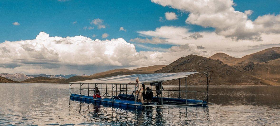 पेरू में चूलपिया समुदाय ने तैरने वाले सोलर पैनल तैयार किए हैं ताकि सिंचाई परियोजनाओं के लिए बिजली आपूर्ति हो सके.