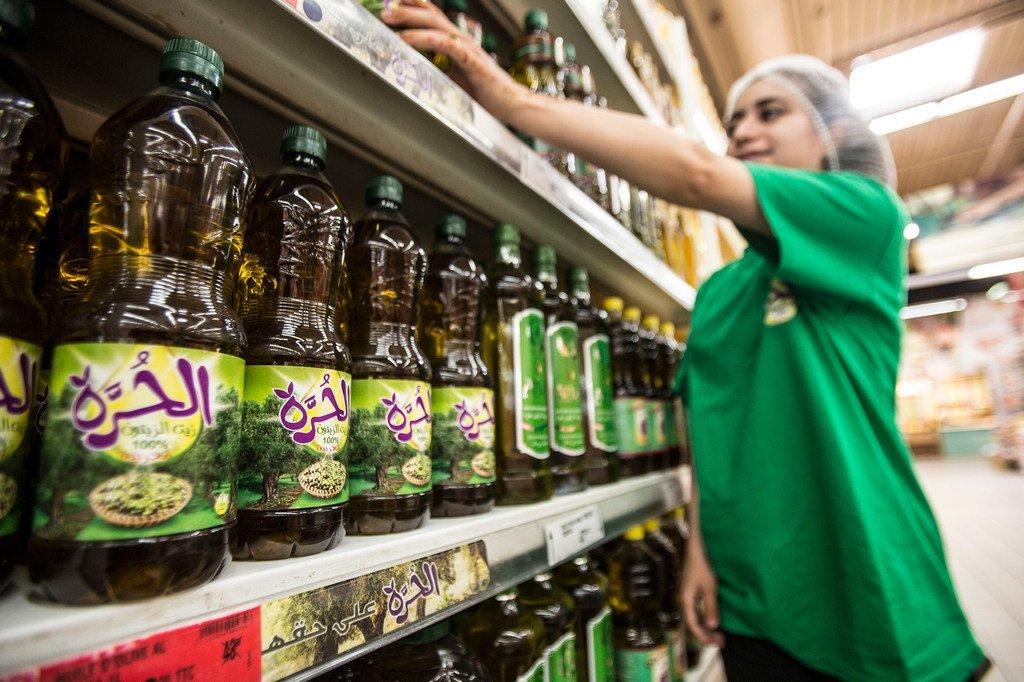 Des bouteilles d'huile d'olive dans un hypermarché MarJane au Maroc, En septembre, la baisse des prix du sucre a été compensée par la hausse des cotations pour les huiles végétales et la viande