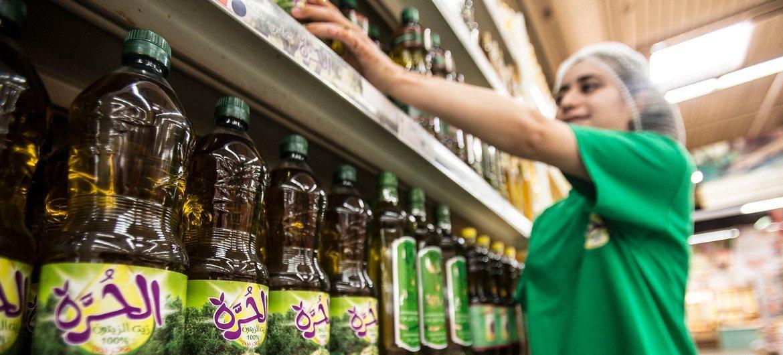 زجاجات من زيت الزيتون معروضة للبيع في سوبر ماركت في المغرب.