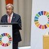 Le Secrétaire général de l'ONU António Guterres s'exprimant depuis un pupitre aux couleurs des 17 objectifs de développement durable (ODD)
