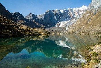 过去54年间,覆盖秘鲁安第斯山脉白山的冰川消失了近38%。