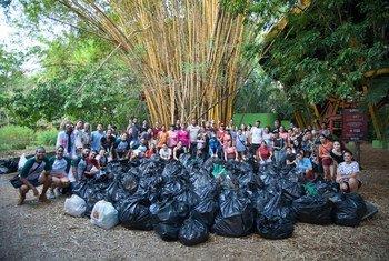 O grupo formado por cerca de 60 pessoas retirou uma tonelada de lixo das margens de um rio da bacia amazônica