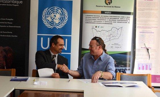 Francisco Roquette, representante residente adjunto do Pnud em Moçambique e James Bampton, diretor do Escritório da WCS em Moçambique.
