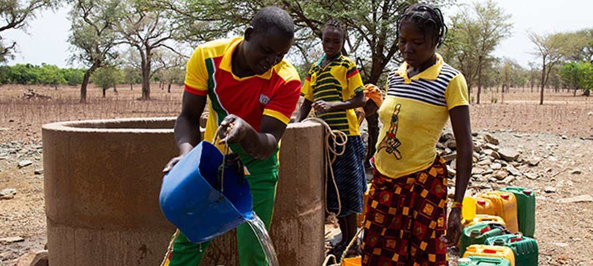 Desde que ingressou na escola dos maridos, Waimbabie passou a se envolver nas tarefas domésticas.