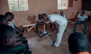A escola para maridos e futuros maridos ensina os homens a empoderar suas esposas através da mudança de comportamento,aprendendo tarefas domésticas para fazerem sua parte em casa.