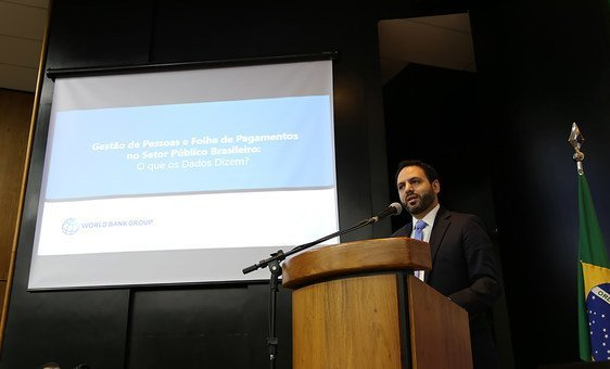 Daniel Ortega Nieto do Banco Mundial apresenta relatorio sobre funcionalismo publico.