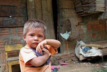 Niño en la zona del amazonas en Brasil. El continente es la región más desigual del mundo.