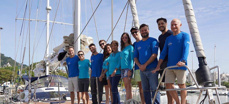 """Участники кампании """"Защитник чистого моря"""" собирают в океане микропластик."""
