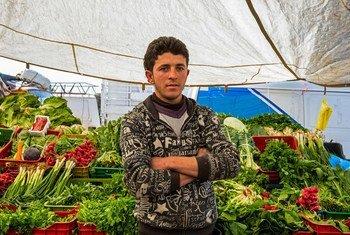 Mkimbizi kutoka Syria akiuza matunda na mboga mboga katika soko ya Marj nchini Lebanon.
