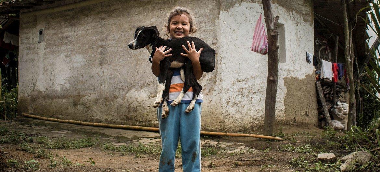 Una niña en el campo de Colombia.
